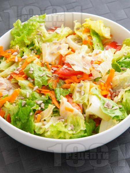 Пъстра салата с моркови и домати  - снимка на рецептата
